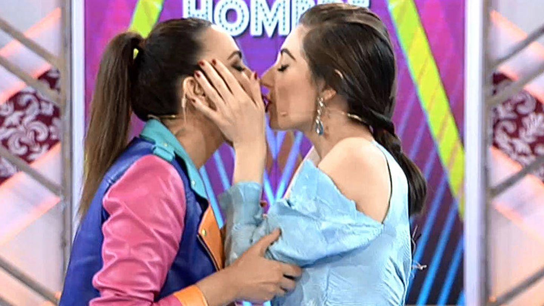 Cristina Rodríguez y Natalia Ferviú se besan en los labios.