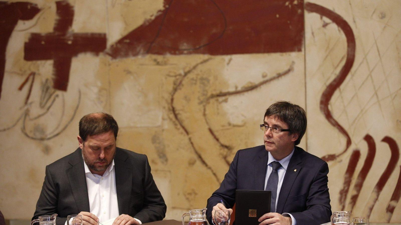 Foto: El presidente de la Generalitat, Carles Puigdemont (d), y el vicepresidente del Govern y 'conseller' de Economía, Oriol Junqueras. (EFE)