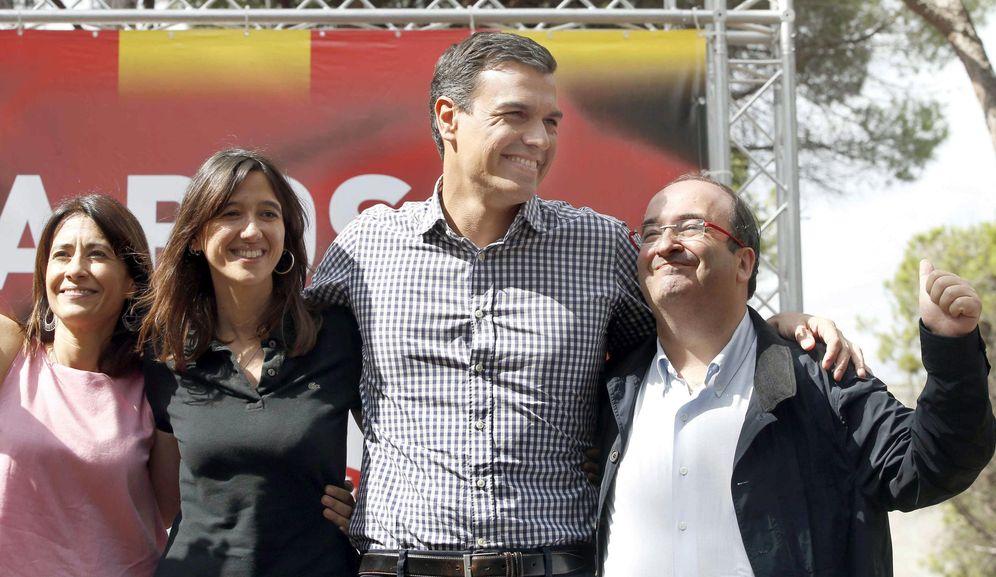 Foto: Pedro Sánchez, flanqueado por Núria Parlon y Miquel Iceta, y la alcaldesa de Gavà, Raquel Sánchez, este 24 de septiembre en la localidad barcelonesa. (EFE)