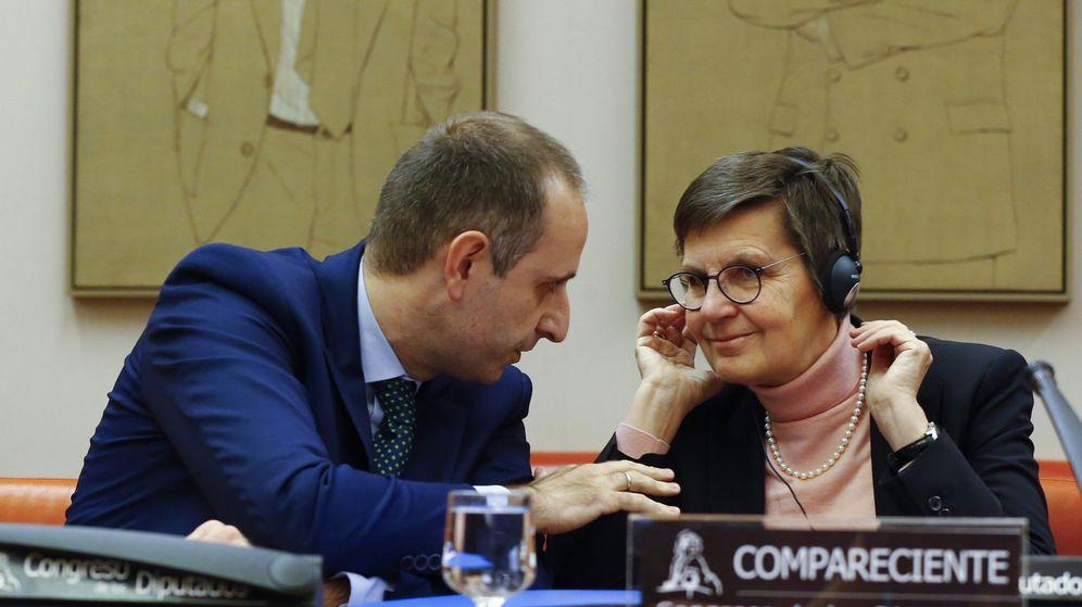 Foto: Elke König (d), presidenta de la Junta Única de Resolución, junto al presidente del FROB, Jaime Ponce. (EFE)