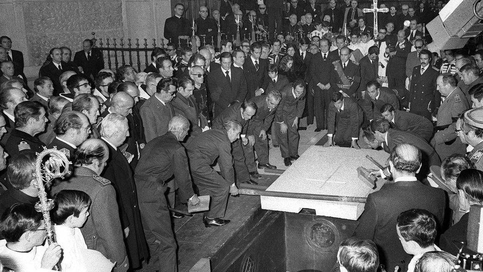 Foto: Llegada de los restos mortales de Franco, desde el Palacio Real al Valle de los Caidos, para ser enterrado. (EFE)