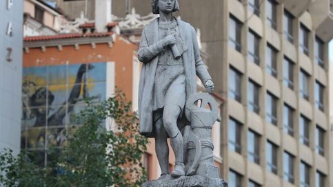 Varios manifestantes derriban y arrastran a un lago una estatua de Cristóbal Colón en Virginia