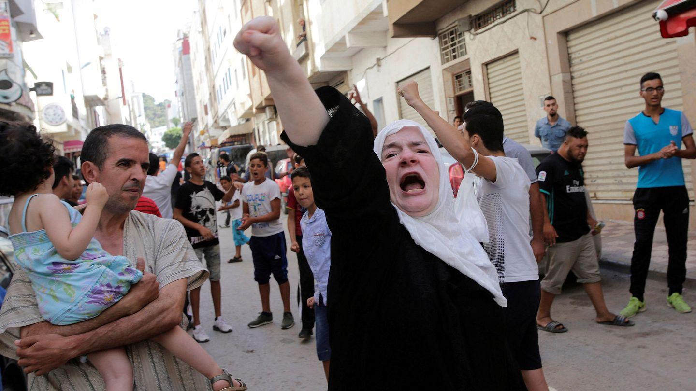 Vecinos de Alhucemas gritan eslóganes contra la corrupción, el 20 de julio de 2017. (Reuters)