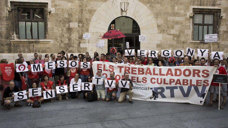 Una de las protestas semanales de los extrabajadores de RTVV a las puertas del Palau de la Generalitat. (Efe)