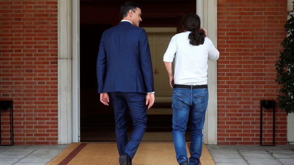 Foto: El presidente del Gobierno, Pedro Sánchez (i), recibe al secretario general de Podemos, Pablo Iglesias (d), antes de una reunión en Moncloa. (EFE)