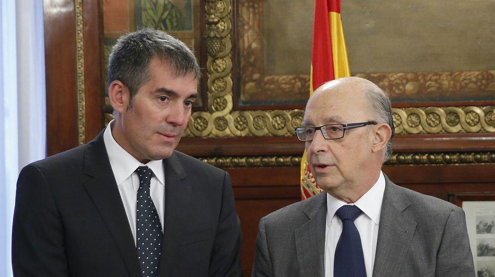 Foto: El presidente del Gobierno de Canarias, Fernando Clavijo (i), junto al ministro Cristóbal Montoro (d). (EFE)