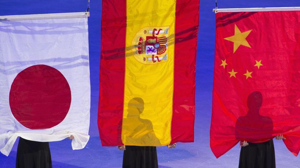Foto: De izquierda a derecha, banderas de Japón, España y China. (Reuters)