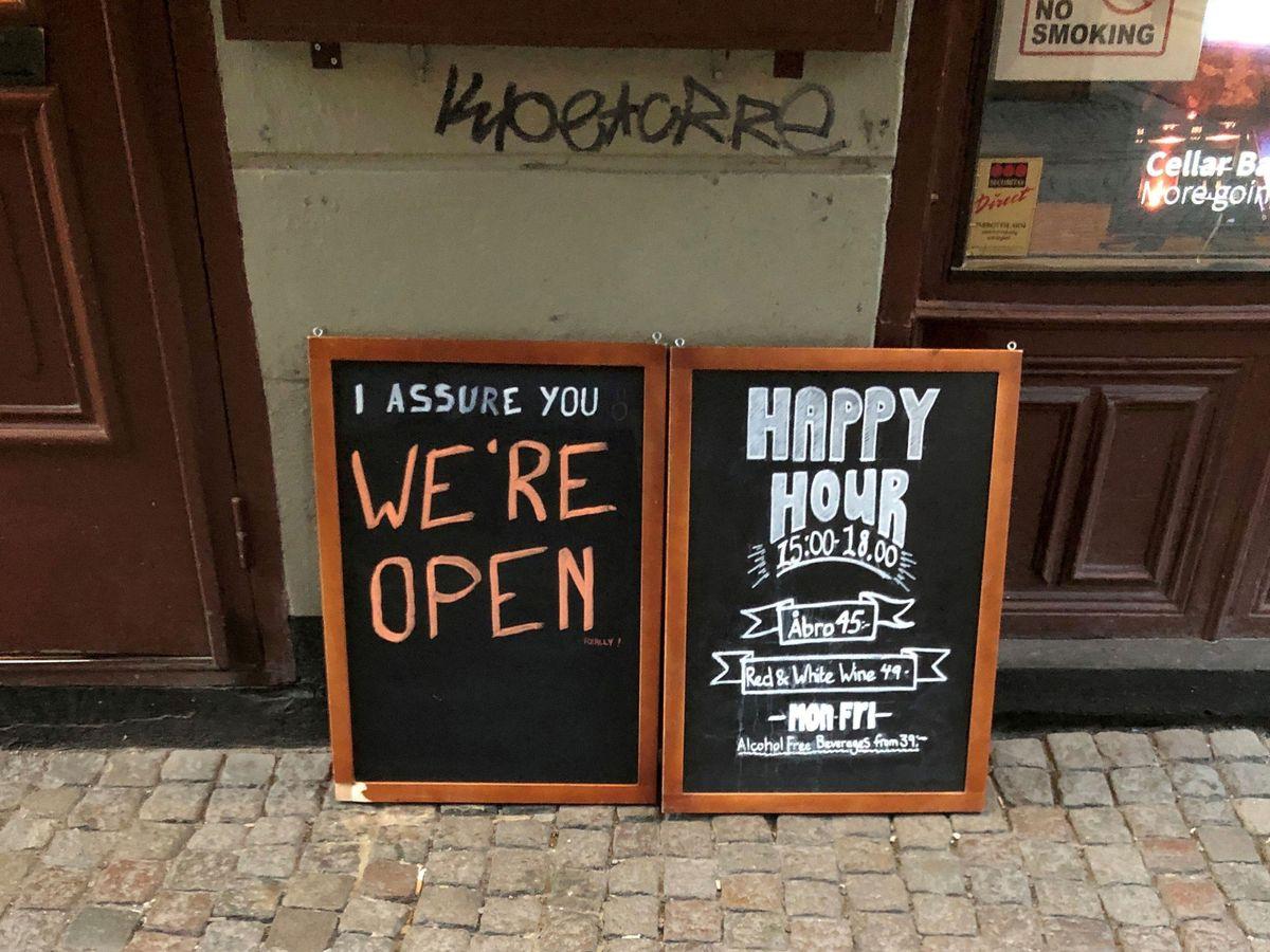 Foto: Un bar en Estocolmo, Suecia, donde se asegura que están abiertos pese al coronavirus. (Reuters)