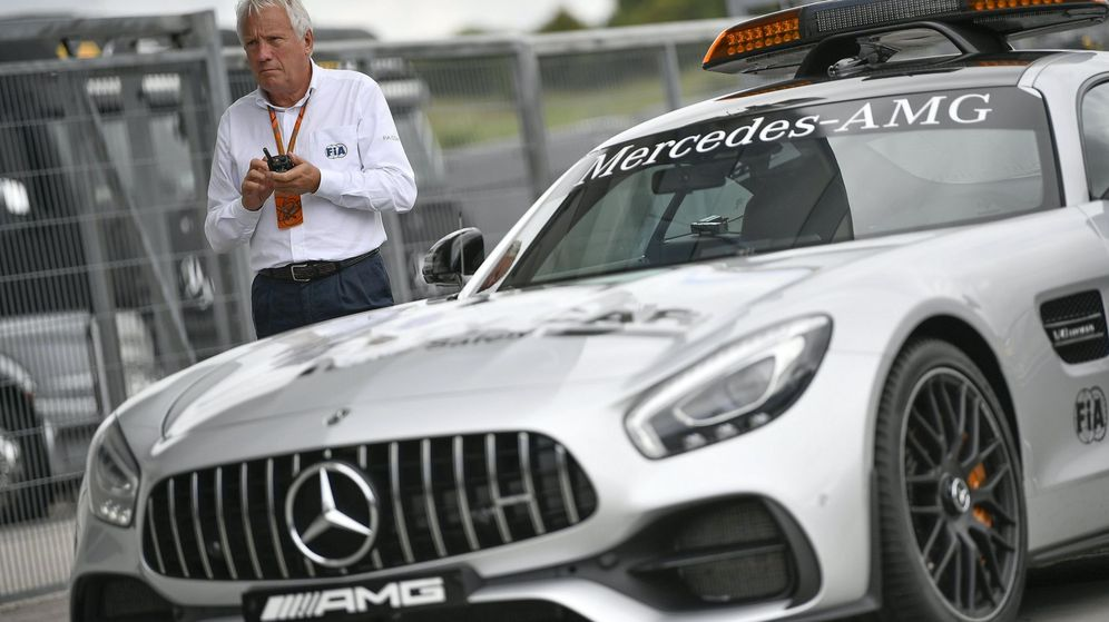 Foto: Charlie Whiting, junto a un 'safety car' en el circuito de Hungaroring en 2017. (EFE)
