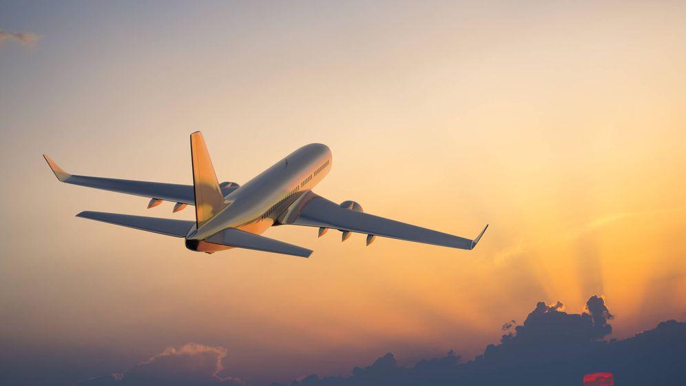 Foto: Un avión surca el cielo. (iStock)
