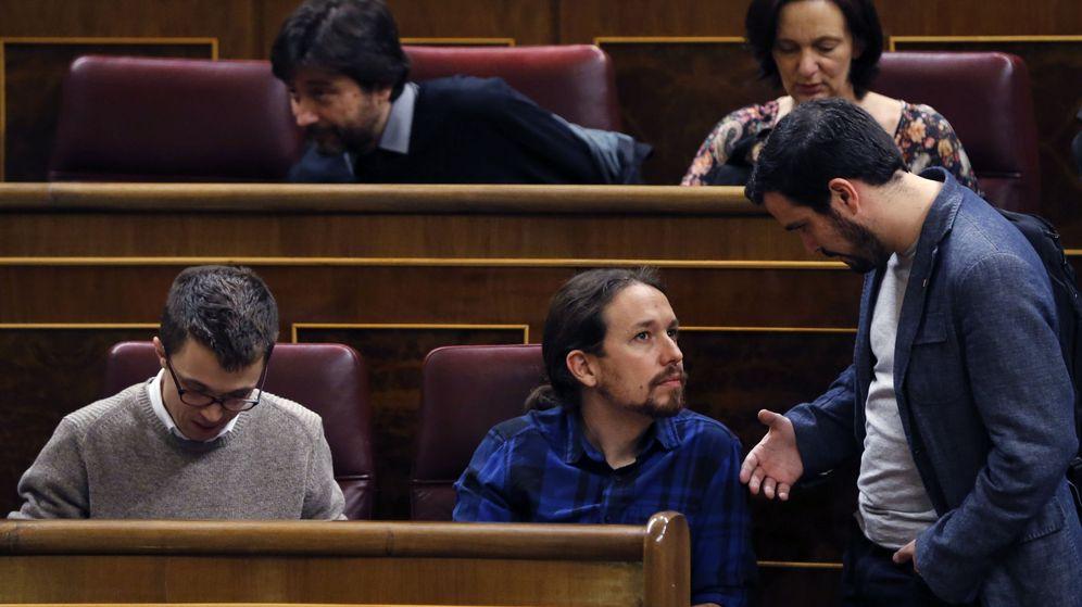Foto: El diputado de IU, Alberto Garzón (d) conversa con el líder de Podemos, Pablo Iglesias, durante el pasado pleno del Congreso. (EFE)