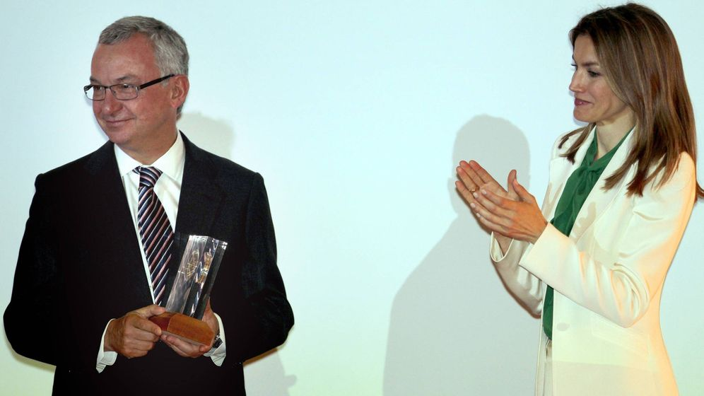 Foto: La entonces princesa de Asturias entrega a Baselga el Mike Price Award, uno de los múltiples galardones que el oncólogo ha recibido. (Toni Albir / EFE)