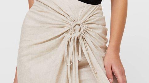 Llega a Stradivarius la falda que estiliza el vientre y es perfecta para cualquier plan