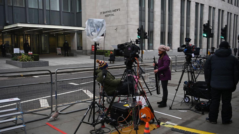 Dispositivos de prensa frente al hospital donde se encuentra ingresado el duque. (EFE)