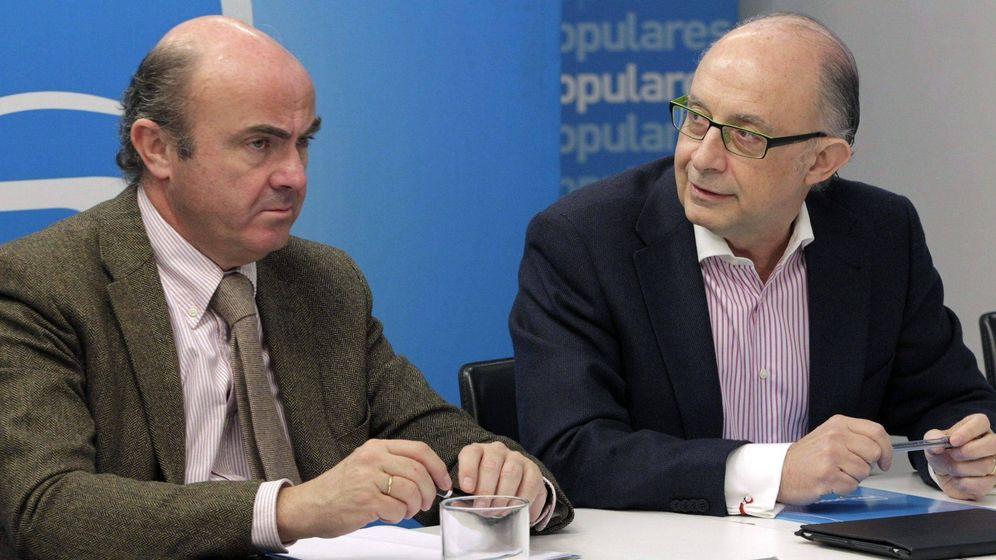 Foto: Luis de Guindos y Cristóbal Montoro. (EFE)