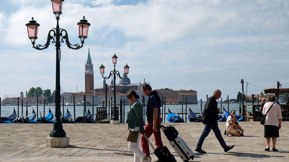 Foto: Unos turistas pasean por Venecia durante la crisis del coronavirus. (Reuters)