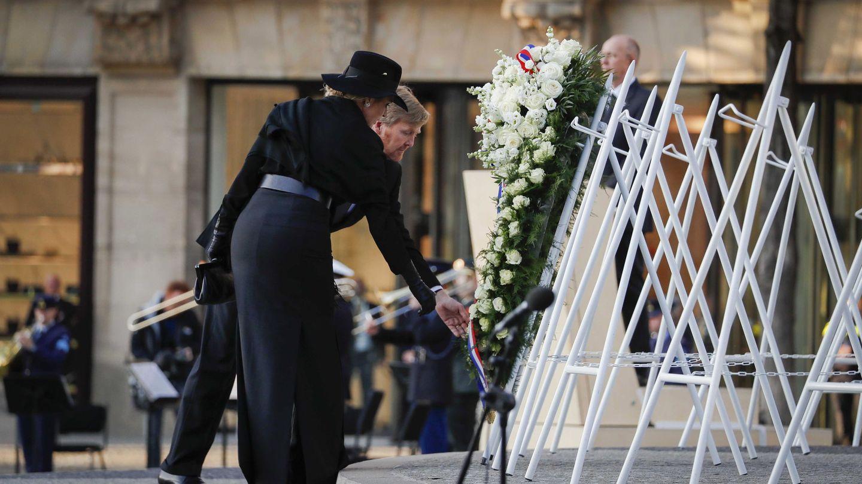 Los reyes Guillermo y Máxima, depositando la corona de flores en homenaje a las víctimas de la II Guerra Mundial. (EFE)