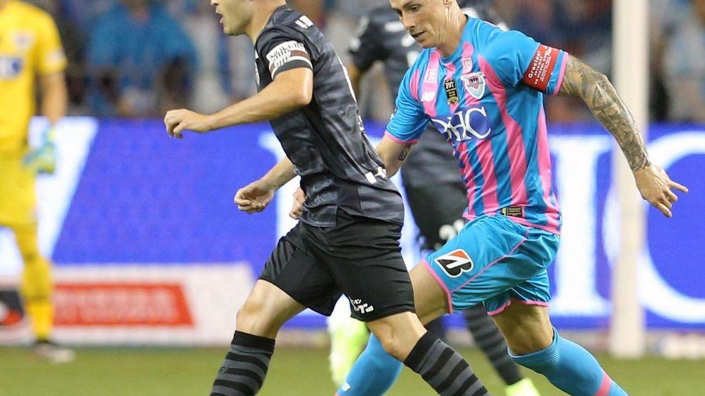 Foto: Torres intenta robar el balón a Iniesta. (EFE)