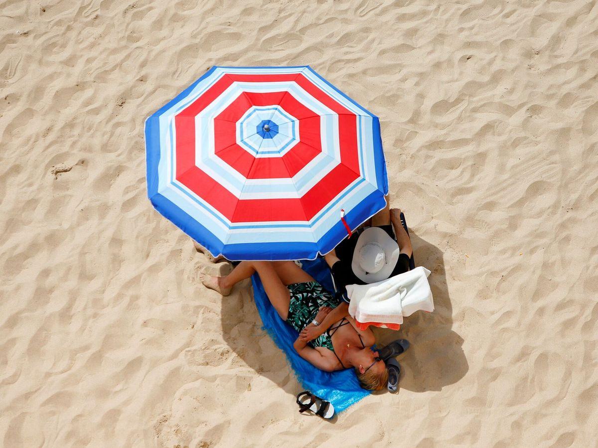 Foto: Varias personas en la playa de Levante de Benidorm. (EFE)