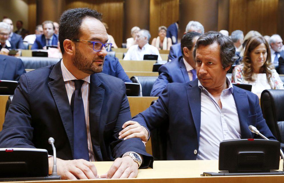 Foto: Antonio Hernando con el dirigente del PP Carlos Floriano, durante el homenaje a las víctimas del terrorismo, este 28 de junio en la sala Ernest Lluch del Congreso. (EFE)