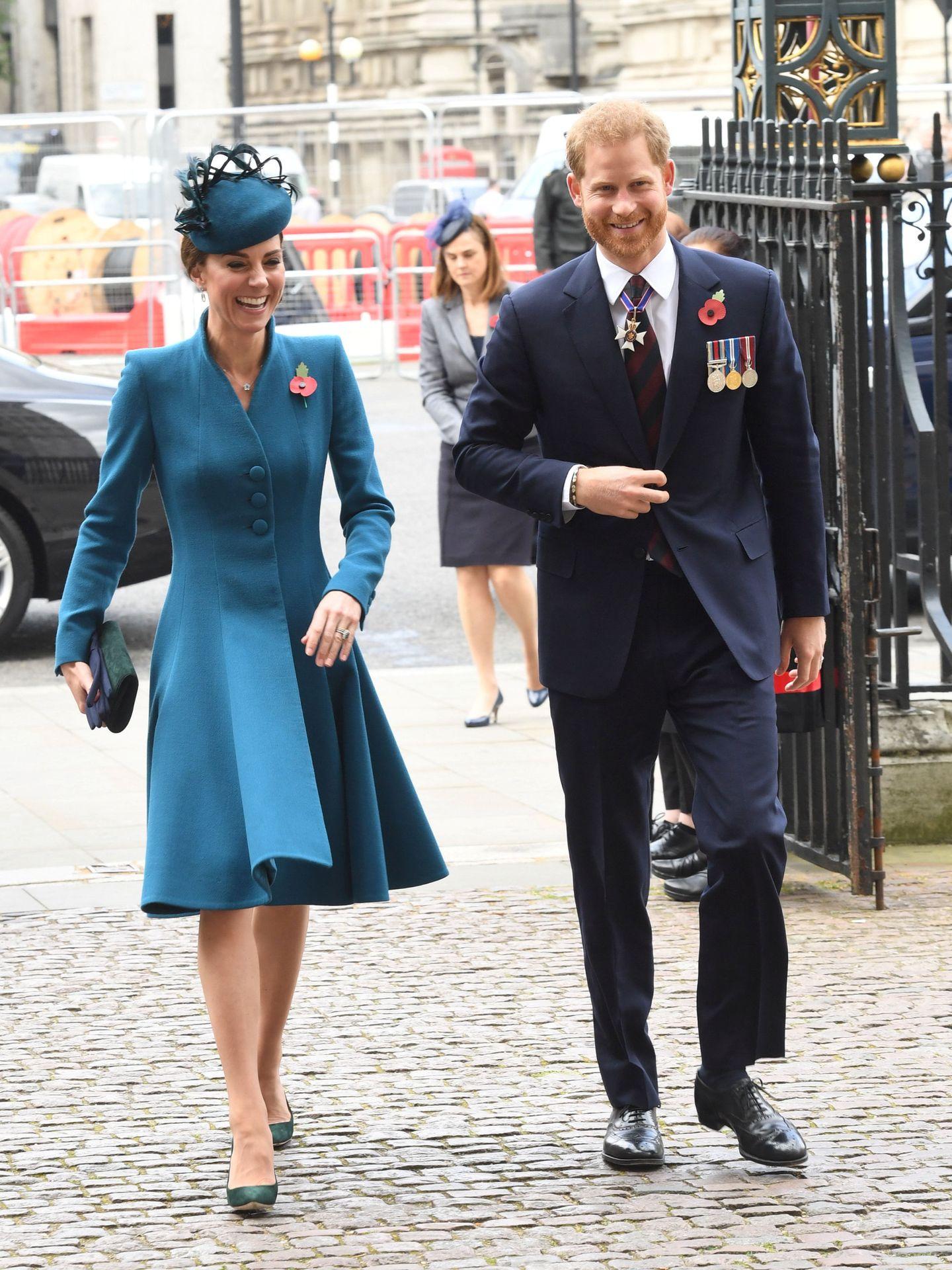 Kate Middleton y el príncipe Harry, todo sonrisas, llegando a la misa del Anzac Day. (Reuters)