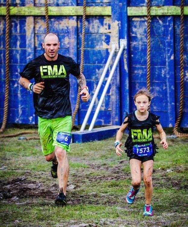 Foto: Milla Bizzotto, junto a su padre, participando en la 'Battlefrog Race' (Instagram/@millastarfma)
