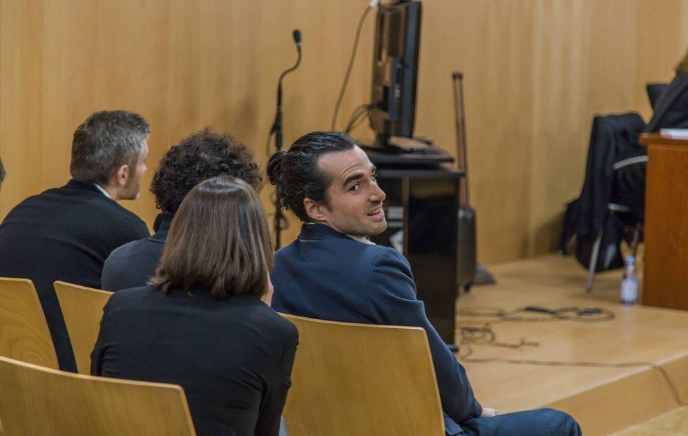 Foto: El creador de la web, Alberto García Sola (d), en el juicio a los creadores de SeriesYonkis por perjuicios de 550 millones a productoras en la Ciudad de la Justicia de Murcia. (EFE)