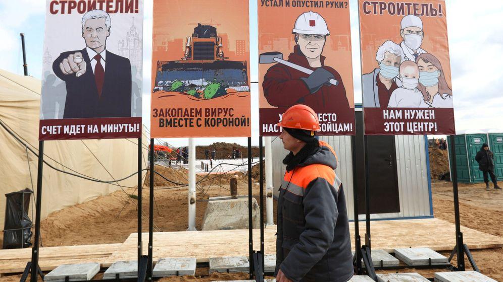 Foto: Un obrero, junto a carteles de propaganda rusos contra el coronavirus, en Moscú. (Reuters)