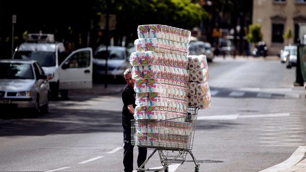 Foto: Un trabajador transportando rollos de papel higiénico en Málaga. (EFE).