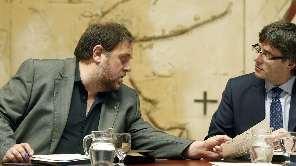 Foto: El presidente de la Generalitat, Carles Puigdemont, conversa con el vicepresidente Oriol Junqueras. (Efe)