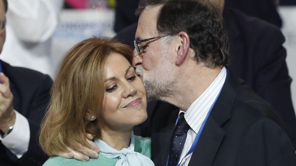 Foto: El presidente del PP, Mariano Rajoy, besa a la secretaria general del partido, María Dolores de Cospedal. (EFE)