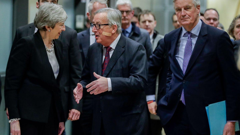 May charla con Juncker a su llegada a la Comisión Europea (REUTERS)