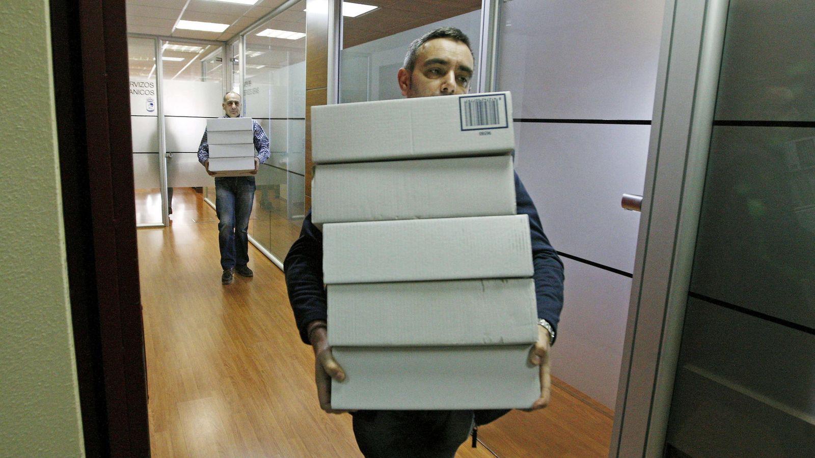 Foto: La policía requisa expedientes, discos duros y teléfonos corporativo.