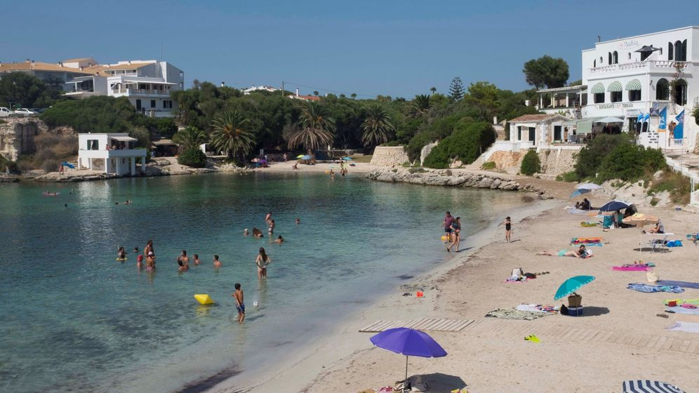 Foto: Una cala casi vacía en Menorca el pasado 1 de agosto. (EFE)