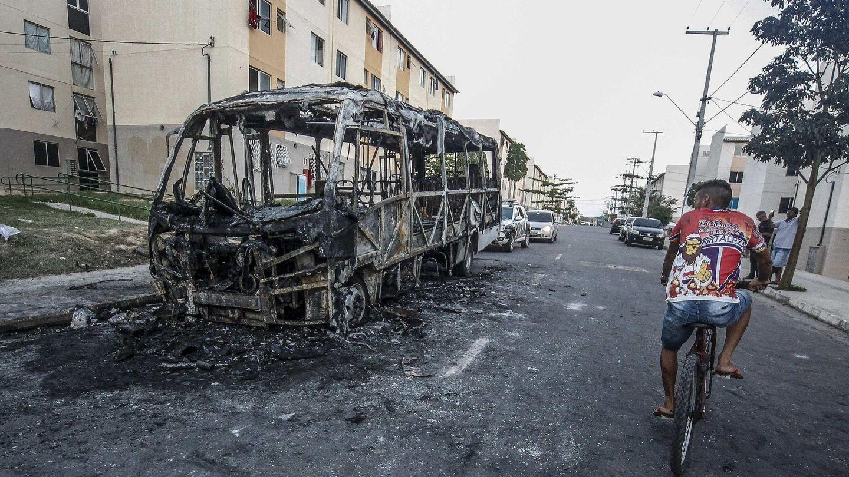 Un autobús quemado por las bandas criminales en Fortaleza, el 4 de enero de 2019. (EFE)