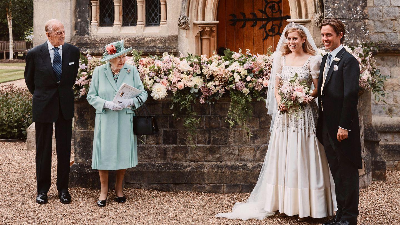 Los novios, con la reina Isabel y el duque de Edimburgo. (Reuters)