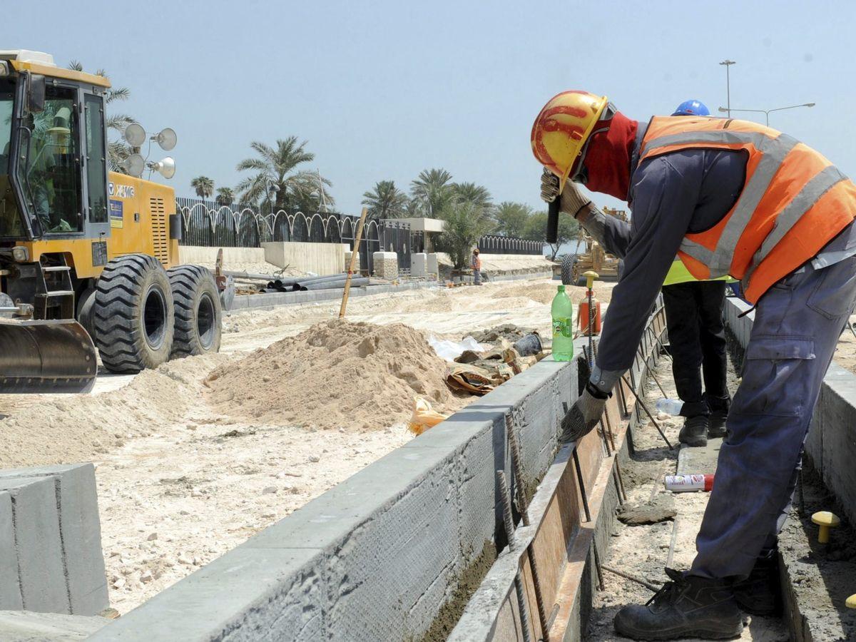 Foto: Varios obreros trabajan en la construcción de una carretera en Doha. (Efe)