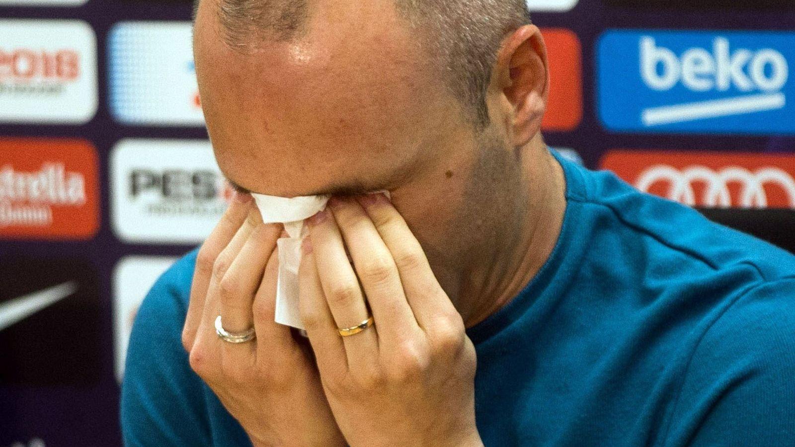 Foto: Andrés Iniesta, entre lágrimas, en el momento de anunciar que deja el Barcelona. (Efe)