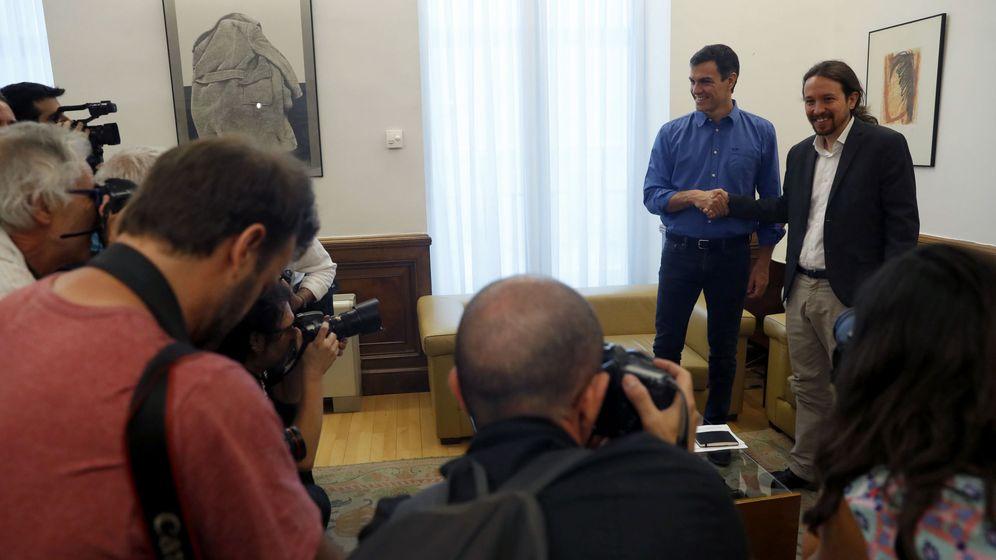 Foto: Los secretarios generales del PSOE, Pedro Sánchez (i), y de Podemos, Pablo Iglesias, se saludan antes de reunirse este martes en el Congreso. (EFE)