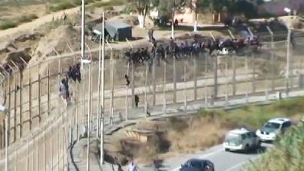 61 inmigrantes expulsados tras encaramarse a la valla de Ceuta