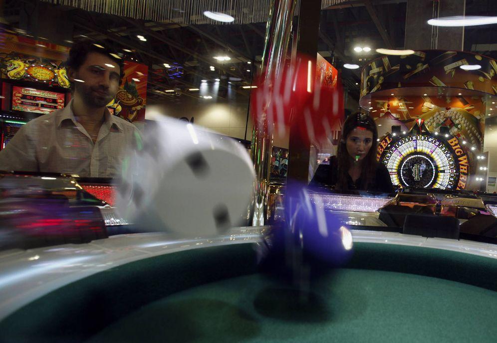 Foto: Unos visitantes en la Gaming Expo Asia juegan a los dados, en Macao, China. (Reuters)