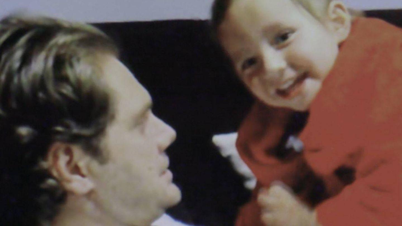 Violeta cuando era un niño, junto a su célebre padre. (Mediapro)