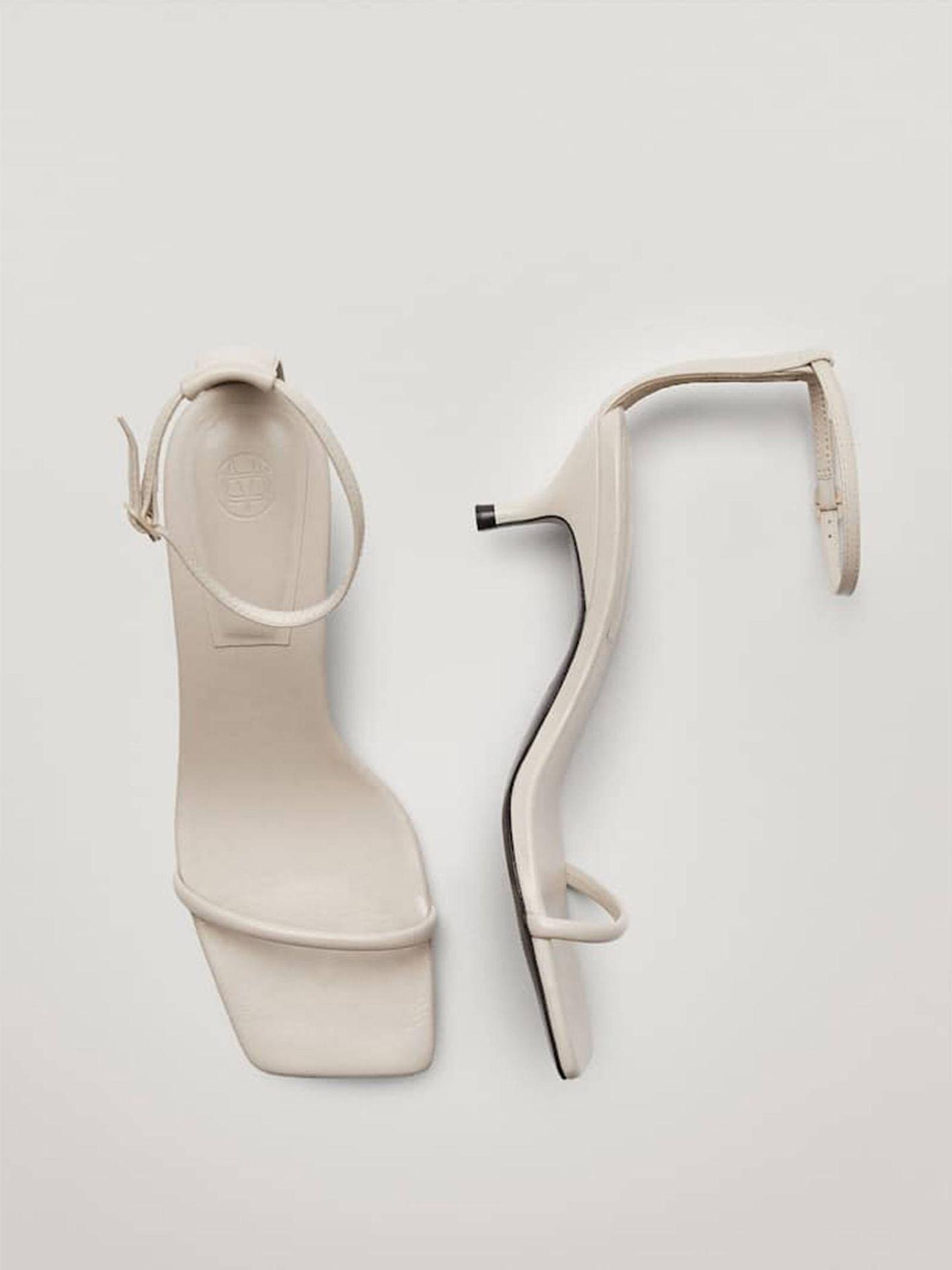 Sandalias blancas de Massimo Dutti. (Cortesía)