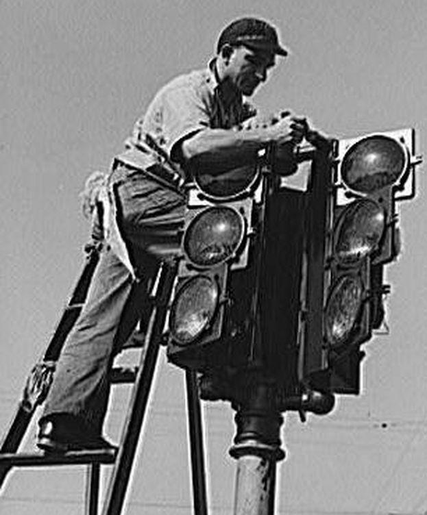 Foto: Un hombre instala un semáforo en San Diego, EEUU, en 1940 (CC/Russell Lee)