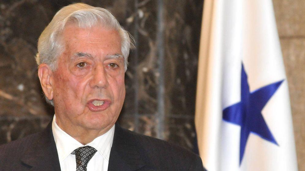 Foto: Vargas Llosa, con la bandera de Panamá de fondo. (EFE)