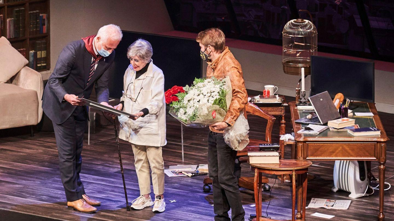 El alcalde de Logroño, Pablo Hermoso de Mendoza, haciendo entrega de su reconocimiento a Concha. Su hijo le entregó un ramo de margaritas, sus flores favoritas. (EFE)