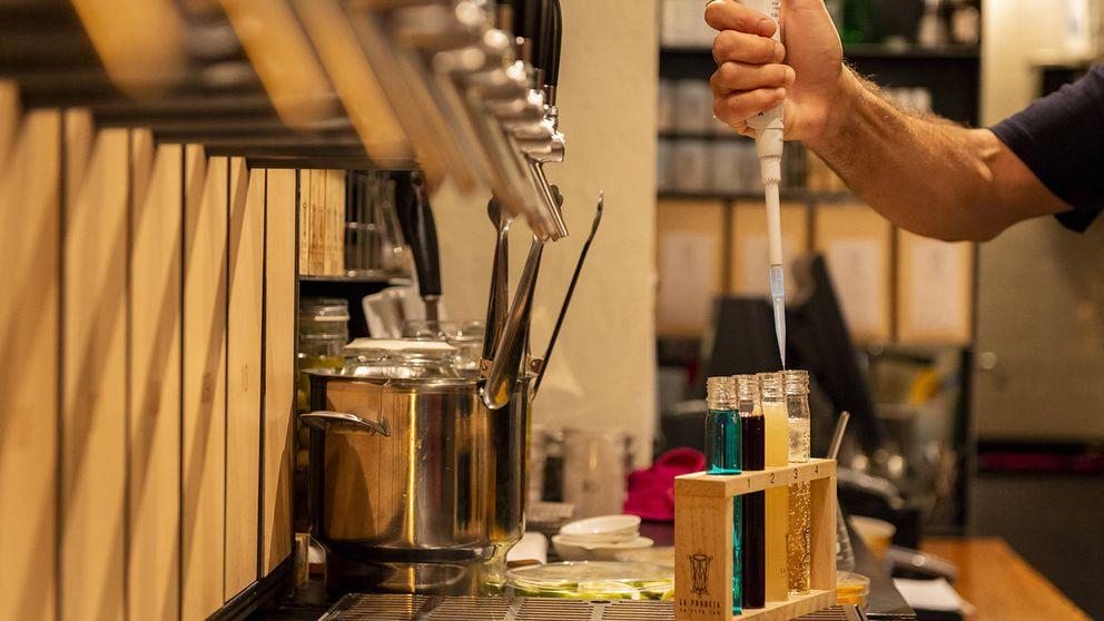 El sorprendente local en el que se crean nuevas bebidas y el cliente las puntúa