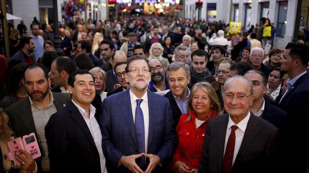 Foto: El presidente del Gobierno, Mariano Rajoy, con el líder del PP andaluz, Moreno Bonilla, rodeados de gente en Málaga. (Reuteres)