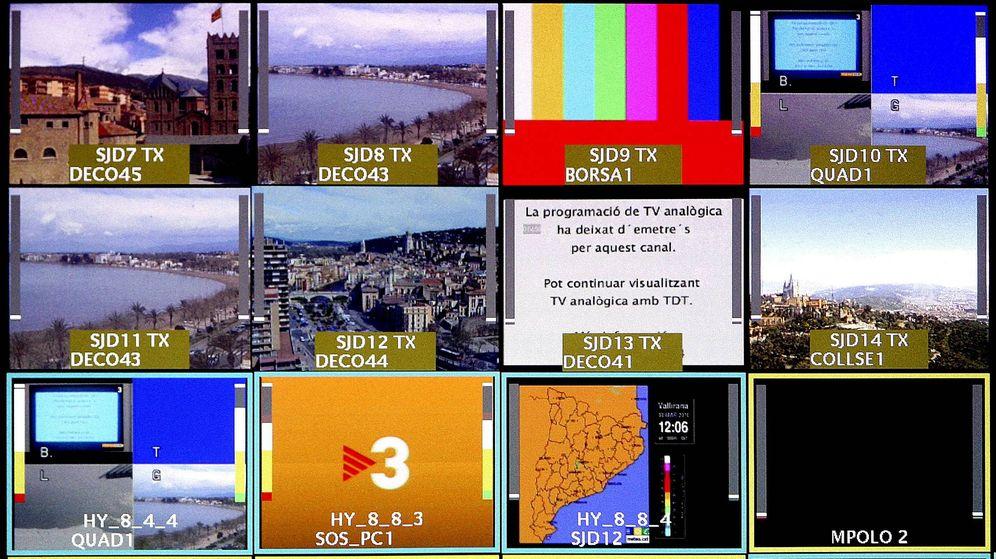 Foto: Varias pantallas en un centro de control de emisiones de TV3. (EFE)