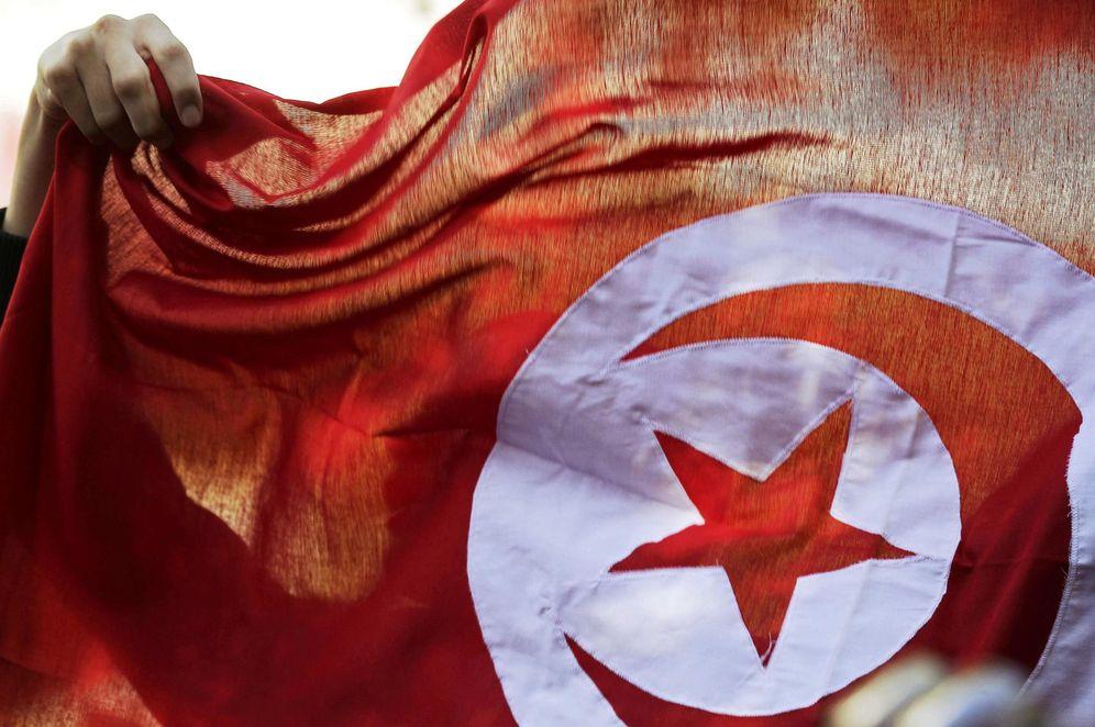 Foto: Un tunecino con la bandera nacional durante una marcha para celebrar el aniversario de la revolución de 2011, en Túnez, el 14 de enero de 2015 (Reuters).